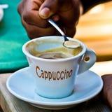 Капучино Италии, кофе эспрессо с молоком и свое славное foarm Стоковые Фотографии RF
