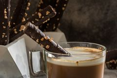 Капучино и шоколад Rolls вафли с миндалинами, на каменном блюде Стоковые Фото