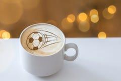 Капучино кофе в чашке для завтрака для футбольного болельщика Стоковые Фотографии RF