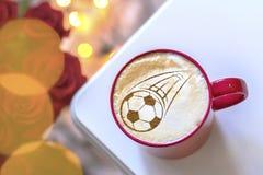 Капучино кофе в чашке для завтрака для футбольного болельщика Стоковое Изображение RF