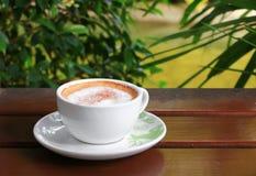 Капучино кофе на деревянной предпосылке пола Стоковое Фото