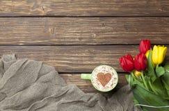 Капучино с формой сердца и букетом тюльпанов Стоковое Фото