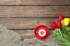 Капучино с формой сердца и букетом тюльпанов Стоковое фото RF