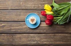 Капучино с формой сердца и букетом тюльпанов Стоковое Изображение