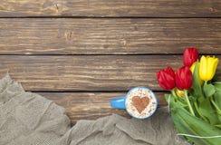 Капучино с формой сердца и букетом тюльпанов Стоковая Фотография RF