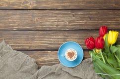 Капучино с формой сердца и букетом тюльпанов Стоковое Изображение RF