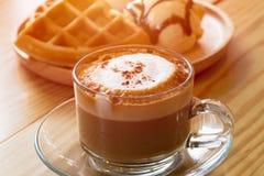 Капучино с waffles мороженого Стоковая Фотография