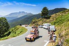 Караван в горах Пиренеи - Тур-де-Франс 2015 Cochonou стоковое изображение