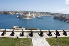 Карамболи на старом форте обозревая гавань в Валлетте, Мальте Стоковая Фотография