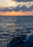 Карамболь военно-морского флота на заходе солнца в море Стоковые Изображения