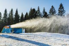 Карамболь снега во время продукции искусственного снега Стоковая Фотография