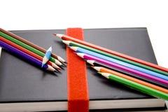 карандаши покрашенные книгой Стоковое Изображение RF