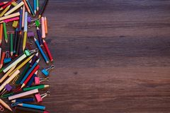 карандаши покрашенные предпосылкой стоковая фотография