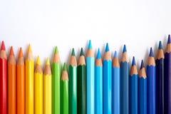Карандаши покрашенные радугой покачиваются сторона - мимо - сторона стоковая фотография