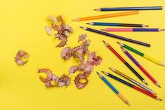Карандаши цвета на желтом цвете стоковые изображения