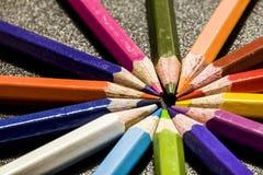 Карандаши цвета на темной серой предпосылке Стоковая Фотография