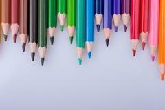 Карандаши цвета помещенные на белой предпосылке стоковое изображение rf
