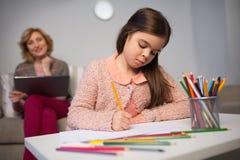 карандаши чертежа изолированные девушкой маленькие белые Стоковое Изображение