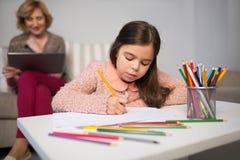 карандаши чертежа изолированные девушкой маленькие белые Стоковая Фотография