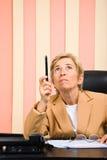 карандаш дела указывая старший вверх по женщине Стоковая Фотография