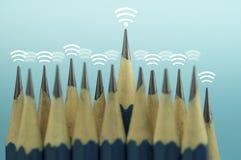 Карандаш и сигнал волны интернета беспроволочного значка на верхней части, концепции управления руководителя вокруг и подключают  Стоковое Фото