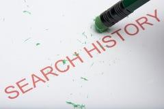 Карандаш стирая ` истории поиска ` слова на бумаге стоковые фото