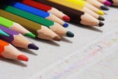 Карандаш цвета установил в коробку стоковые изображения
