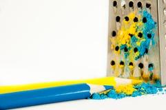 2 карандаша желтый и голубой ложь около терки Стоковое Изображение RF