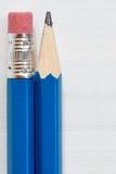 2 карандаша на деревянной предпосылке Стоковые Изображения RF