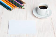 Карандаши блокнота чашки кофе на таблице стоковые изображения
