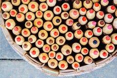 Карандаши в держателе карандаша корзины Взгляд сверху Стоковое фото RF