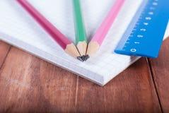 Карандаши и правитель на тетради Фокус на карандашах Стоковое Изображение RF