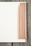 Карандаши и тетрадь на столе Стоковая Фотография RF