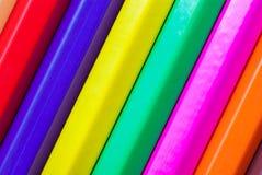 карандаши покрашенные предпосылкой закройте покрашенные карандаши вверх Стоковое Изображение RF