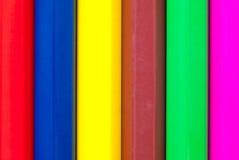 карандаши покрашенные предпосылкой закройте покрашенные карандаши вверх Стоковые Фото