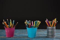 Карандаши цвета аранжированные в держателе карандаша Стоковая Фотография RF