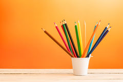 Карандаши цвета в белом ведре Стоковая Фотография