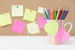 Карандаши цвета натюрморта в красочной чашке стоковые фотографии rf