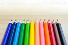 Карандаши цвета на деревянной текстуре Стоковые Изображения RF