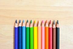Карандаши цвета на деревянной текстуре Стоковые Фото