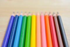 Карандаши цвета на деревянной текстуре Стоковое фото RF