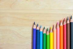 Карандаши цвета на деревянной текстуре Стоковые Изображения