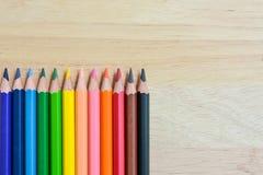 Карандаши цвета на деревянной текстуре Стоковое Фото
