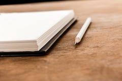 Карандаш и пустая тетрадь на деревянном столе Стоковое фото RF
