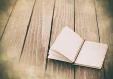 Карандаш и тетрадь на деревянном столе Стоковое Изображение RF