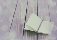Карандаш и тетрадь на деревянном столе Стоковые Изображения RF