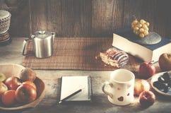 Карандаш и тетрадь с космосом экземпляра на деревянном столе Здоровое bre Стоковое Фото