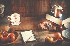 Карандаш и тетрадь с космосом экземпляра на деревянном столе Здоровое bre Стоковые Фото