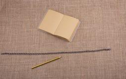 Карандаш и тетрадь с цепью в середине Стоковые Изображения RF