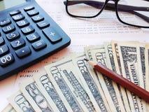 Карандаш, калькулятор, eyeglasses, деньги и банковская книжка на предъявителя или финансовый отчет сберегательного счета на белой Стоковые Изображения RF